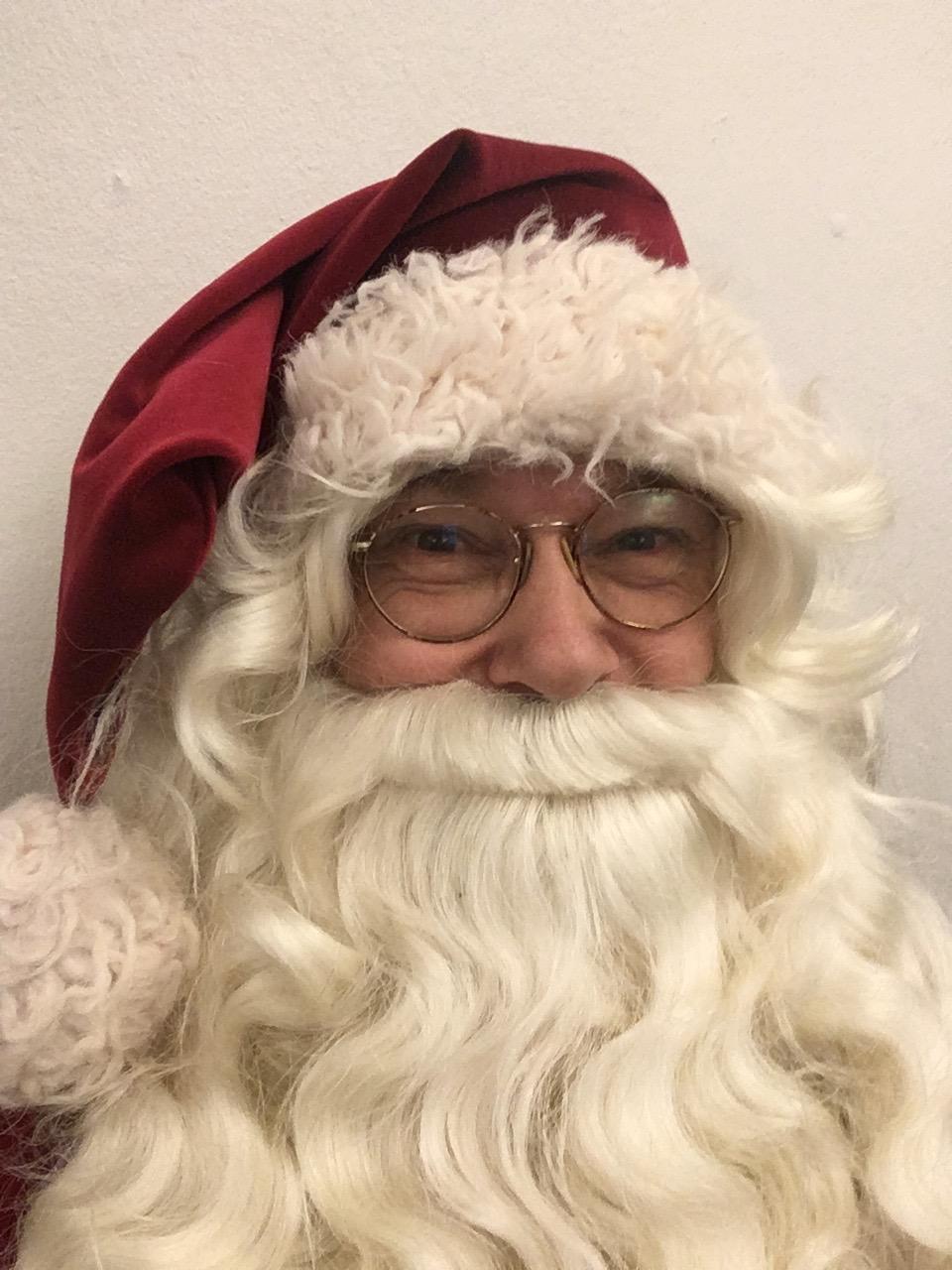 Julemanden Jesper Gilbert underholder til juletræsfest jespgilbert.dk