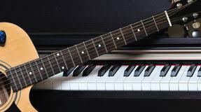 Jesper Gilbert spiller keyboard og guitar